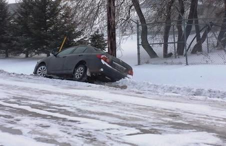 Мешканець Львівщини отримав перелом тазу, витягуючи машину із кювету