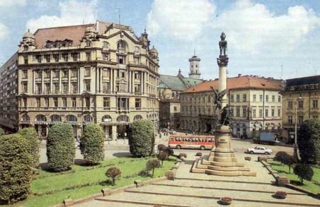 Неповнолітня дівчина спала у Львові біля пам'ятника