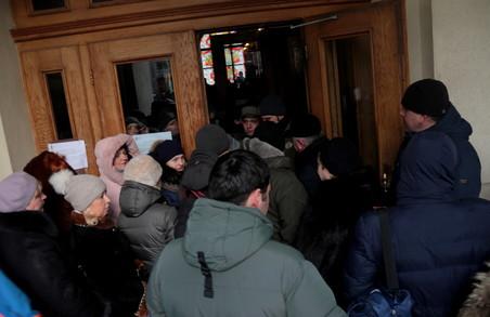 """На сесії Львівської міської ради """"простим смертним"""" тепер зась (ФОТО)"""