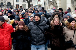 Як понад 4 сотні львів`ян пообіймались на Площі Ринок (ФОТО)
