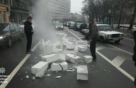 У Львові оштрафували водія, який забруднив дорогу газоблоками