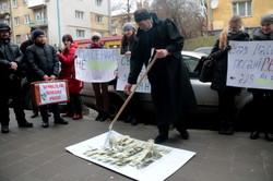 Як у Львові біля суду активісти косили долари (ФОТО)