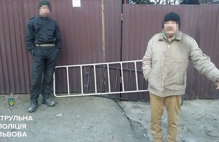 Львівські патрульні зловили на гарячому зловмисників із парапетом