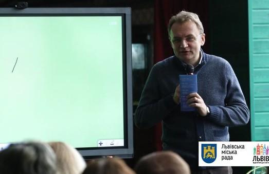 Садовий: До кінця року кожна школа Львова отримає мультиборд