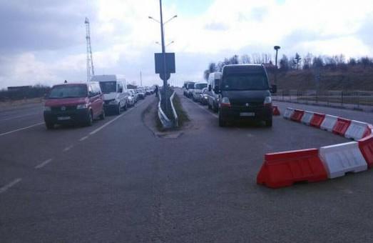 """Автомобілі з іноземними номерами отримали окрему смугу руху на """"Рава-Руській"""""""