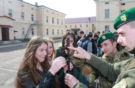 Кінологи Львівщини навчали дітей поводитись зі зброєю