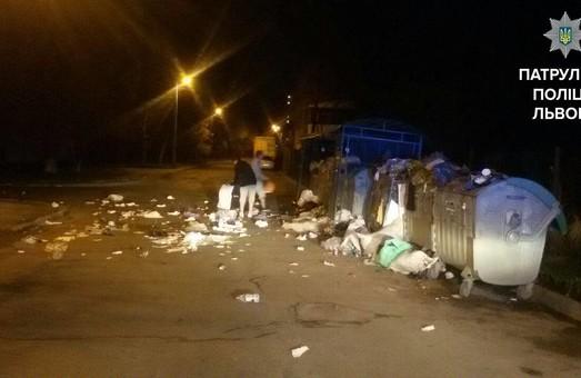 Неповнолітні хулігани збирали розкидане після себе сміття у Львові