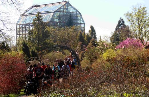 Вербну неділю тисячі  львів`яни провели у Ботанічному саду (ФОТО)