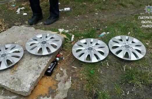 Невідомі у Львові викрали ковпаки з коліс