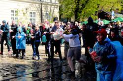 Львів`яни не бояться крижаної води: попри холод Обливаний понеділок у розпалі (ФОТО)