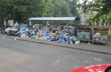 Садовий не зміг: майже 400 контейнерів зі сміттям не вивезли