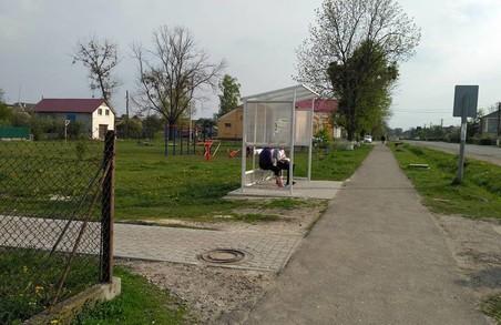 На Львівщині місцеві вандали потрощили автобусні зупинки