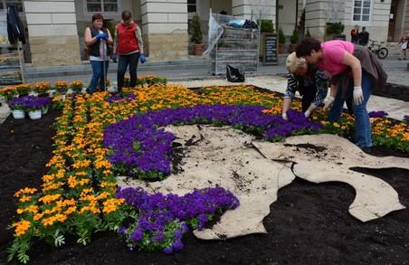 Герб Львова з квітів висадили у центрі міста