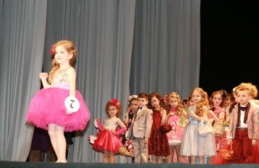 Маленькі містери та міс змагались у красі на сцені львівського театру