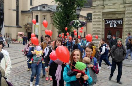 У Львові до Дня матері сучасні матусі вийшли на слінгопарад (ФОТО)