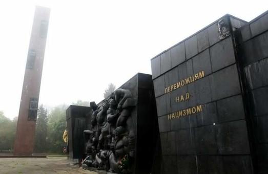 Садовий розпорядився створити робочу групу, яка займатиметься питанням демонтажу Монументу Слави