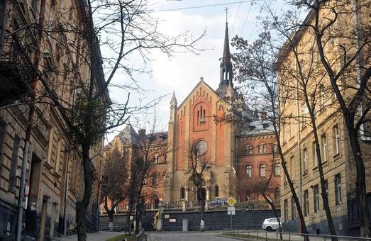 У львівському храмі Івана Золотоустого ліквідують аварійність