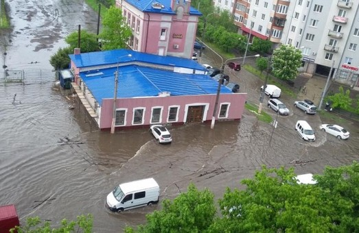 Як понаднормові опади перетворили Львів на сміттєву Венецію (ФОТО)