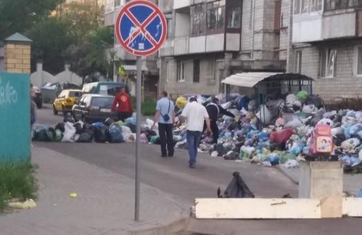 Реальна сміттєва блокада: мешканці Львова перекрили вулицю відходами