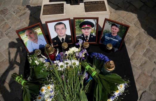 Перші роковини Грибович: до Львівської міської ради приносять квіти та лампадки (ФОТО)