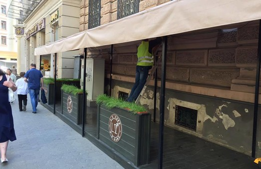 У Львові розпочали демонтаж незаконно встановлених літніх майданчиків