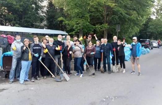 Львів'яни почали самотужки очищати місто від сміття