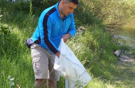 """Плавучий """"подарунок"""": у Луцьку активісти назбирали 45 мішків сміття у річці Стир"""