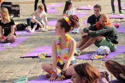 Як львів`ян навчали правильним позам: хатха-йога на площі Ринок (ФОТО)