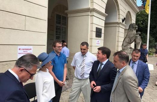 Зубко відвідав пікетувальників під львівською Ратушею