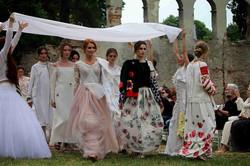 У відновлених Митрополичих садах показали унікальну колекцію суконь (ФОТО)