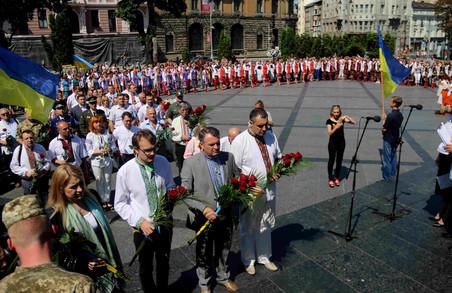 У Львові День Конституції відзначили біля провідників української нації (ФОТО)