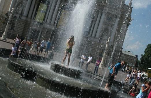 Львів`ян закликають не купатись у фонтанах
