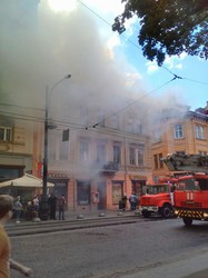 У центрі Львова сильна пожежа: працюють пожежники (ФОТО)