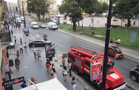 На проспекті Свободи знову стоїть пожежна машина