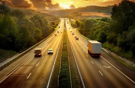 Вантажівки у спеку не можуть їздити від 10 до 22 години по загальним трасам