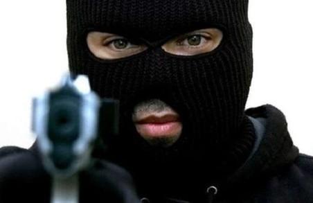 У Львові полісмени затримали чоловіка, який погрожував водію автобуса пістолетом