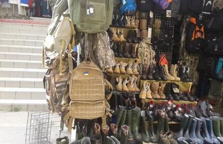 У Львові на Краківському ринку розпродають речі ЗСУ