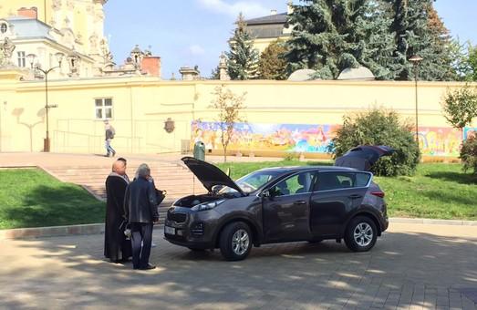У Львові перед собором освятили позашляховик: фото