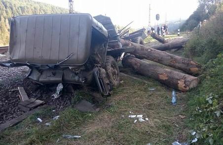 Кадри з місця зіткнення поїзда і вантажівки шокують (Фото)