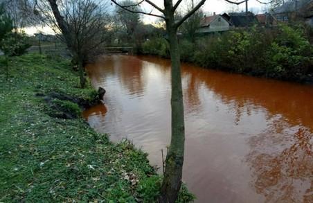 На Львівщині знайшли оранжеву річку