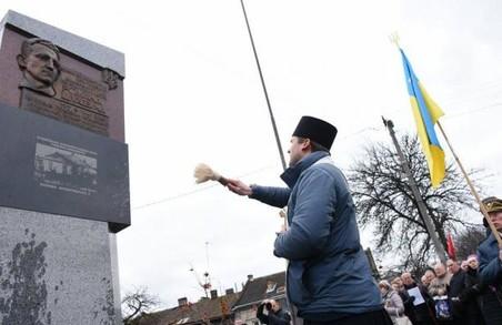 Обеліск Шухевичу в парку «Знесіння» vs Усі пам'ятники командиру УПА в Україні