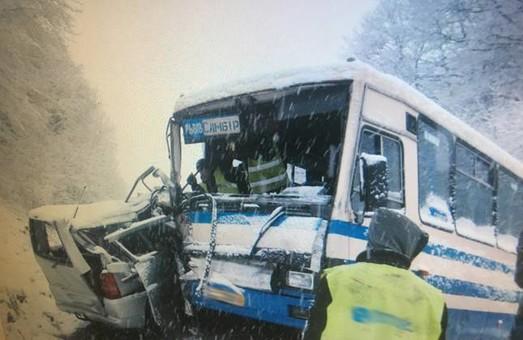 ДТП: на Львівщині зіткнулись автомобіль та автобус, є постраждалі