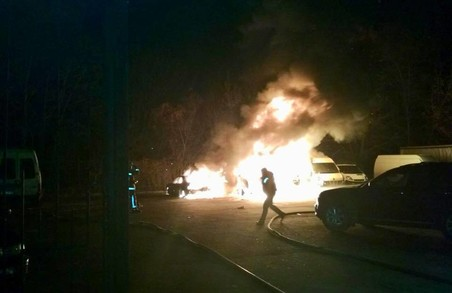 Горіли вщент: на Львівщині вогонь знищив одразу кілька автомобілів