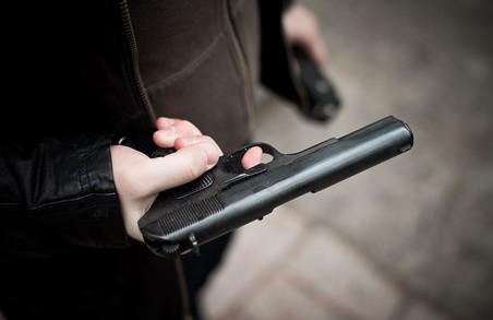 На Львівщині чоловік стріляв у людей, є поранені