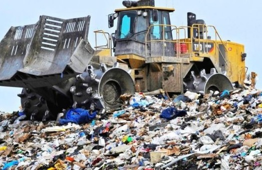 Гарно відмітили: з проспекту Свободи у Львові вивезли 4 машини сміття