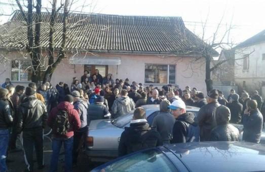 (Не)європейські дороги: мешканці Закарпаття вийшли на мирний мітинг