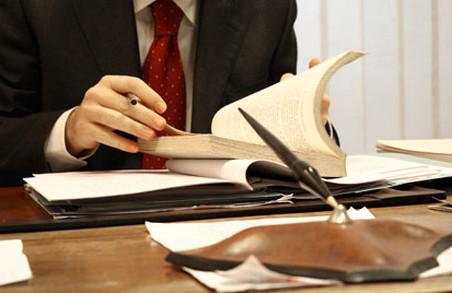 Безтурботне літо: очільника медичного закладу звинуватили у підробці документів