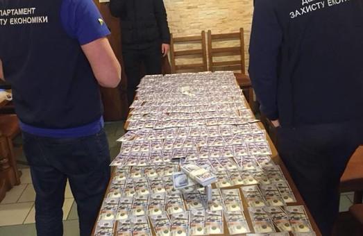 """На Львівщині на отриманні неправомірної вигоди """"погоріли"""" юрист та проектник"""
