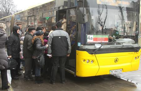 Львівські маршрутники порушують правила суцільно і поруч