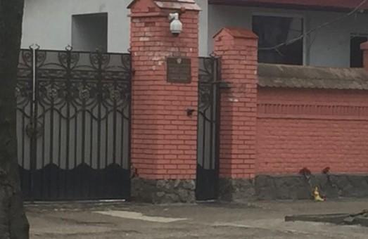 До російського консульства у Львові несуть квіти